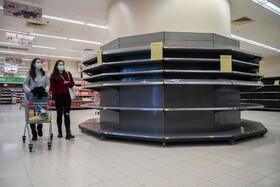 (تصاویر) خریداران در یک فروشگاه زنجیره ای در هنگ کنگ با قفسه های خالی