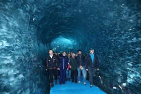 (تصاویر) رئیس جمهور فرانسه ، امانوئل ماکرون ، از سمت چپ دوم ، از یخچال مر د گلس در نزدیکی چامونیکس در آلپ های فرانسه بازدید می کند