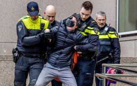 (تصاویر) دستگیری یک عضو گروه محیط زیستی که در تظاهراتی از پیش اعلام نشده در مقابل شرکت نفتی شل شرکت کرده بود در هلند