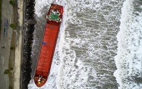 (تصاویر) به گل نشستن یک کشتی باری در بندر هاتای در ترکیه