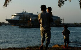 (تصاویر) کشتی مسافری وستردام که به دلیل بیماران مشکوک به ابتلا به ویروس کرونا از بسیاری از کشورها اجازه نزدیک شدن به ساحل را نگرفته بود عاقبت در سوواحل کامبوج پهلو گرفته و دولت این کشور به درمان بیماران در کشتی اقدام کرد