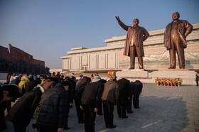 (تصاویر) مراسم هفتادو دومین سالروز تشکیل ارتش خلق در کره شمالی در مقابل مجسمه های کیم ایلسونگ و کیم جونگ ایل رهبران فقید این کشور