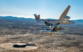 (تصاویر) هواپیمای حامل فضا پیمای ویرجین گالکتیک که از فراز مرکز فضایی که برای خدمات مسافرتی فضایی ساخته شده در منطقه ای درکالیفرنیای آمریکا می گذرد این فضا پیما بزودی خدمات تجاری را آغاز می کند