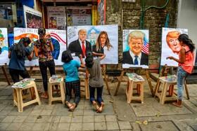 (تصاویر) دانش آموزان در هند در حال نقاشی دونالد ترامپ و ملانیا ترامپ به مناسبت ورود رئیس چمهوری امریکا به این کشور