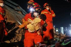 (تصاویر) امدادگران در گوانگزو در چین بازماندگان از ریزش یک هتل را نجات می دهند