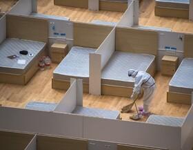 (تصاویر) پاکسازی بیمارستانی که بیماران آن همه درمان شده اند در ووهان چین