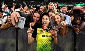 (تصاویر) بازیکن تیم ملی کریکت زنان استرالیا پس از پیروزی در بازی با هند در جام جهانی کریکت در استرالیا با حامیان تیم ملی جشن گرفته و عسک سلفی می گیرد