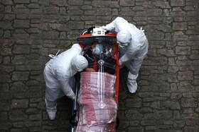 (تصاویر) انتقال یک بیمار مبتلا به کرونا در سئول کره جنوبی به بیمارستان
