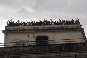 (تصاویر) تظاهرات زندانیان در ناپل ایتالیا به دلیل توقف ملاقات هایشنان به دلیل انتشار ویروس کرونا