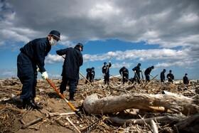 (تصاویر) جستجو در فوکوشیما برای یافتن مفقودین در یازدمین سالگرد زلزله و سونامی در این منطقه از ژاپن