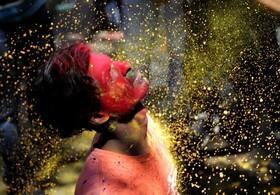 (تصاویر) جشن هولی در کلکته هند و رنگ پاشی به شرکت کنندگان در خیابان