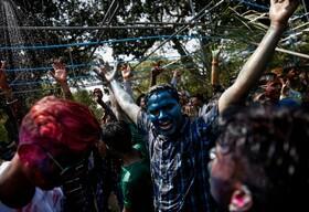 (تصاویر)جشن هولی در یانگون میانمار و رنگ پاشیدن به یکدیگر در این جشن
