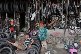 (تصاویر) مغازه تعمیرموتور و دوچرخه در جاکارتای اندونزی