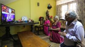 (تصاویر) تعطیلی مراکز مذهبی مسحیان در کلمبو سریلانکا و انجام مراسم مذهبی در خانه