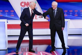 (تصاویر) دست دادن جوبایدن و برنی سندرز رقبای انتخابات ریاست جمهوری حزب دمکرات در مراسمی در واشننگتن