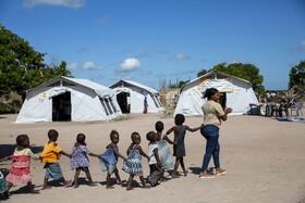 (تصاویر) کودکان همراه معلم خود در اردوگاهی سازمان ملل در موزامبیک