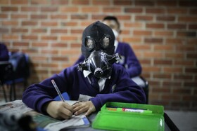 (تصاویر) کودکی در مدرسه با ماسک دست ساز خانگی در مدرسه حاضر شده است