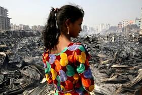 (تصاویر) زاغه نشینی در داکای بنگلادش در کنار باقیمانده  آتش سوزی این زاغه نشین