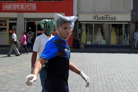 (تصاویر) مردانی با ماسک های دست ساز در کاراکاس ونزوئلا برای مراقبت در مقابل کرونا