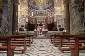 (تصاویر) مراسم مذهبی در کلیسایی در رم در غیاب مردم به دلیل شیوع کرونا در ایتالیا
