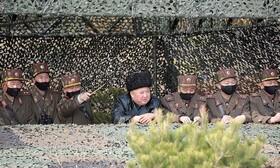 (تصاویر) کیم جونگ اون رهبر کره شمالی در یک مراسم نظامی بدون ماسک در کنار گروهی با ماسک