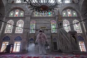(تصاویر) یک مامور شهرداری در استانبول ترکیه مسجد مهرو ماه سلطان را ضد عفونی می کند