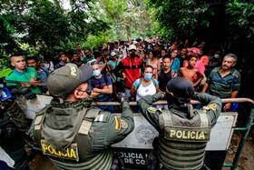 (تصاویر) ونزوئلایی هایی که برای خرید کالا قصد دارند به کلمبیا بروند در مرز متوقف شده اند
