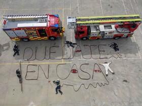 (تصاویر) آتش نشانان در اسپانیا با استفاده از وسایل خود در پیام در خانه بمانید را نوشته و منتشرکرده اند تا از انتشار ویروس کرونا جلوگیری شود