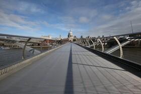 (تصاویر) پل پیاده روی در لندن که به دلیل کرونا خالی از جمعیت شده است