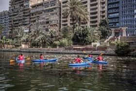 (تصاویر) داوطلبان در قاهره در حال پاکسازی رودخانه نیل از زباله با قایق
