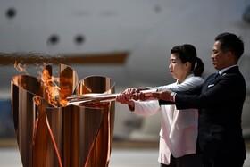 (تصاویر) دو قهرمان المپیکی ژاپن در حال روشن کردن مشعل المپیک توکیو هستند که قرار است در سال 2020 برگزار شود