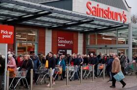 (تصاویر) صف خریداران مقابل فروشگاهی در انگلیس