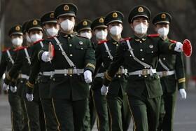 (تصاویر) نیروهای نظامی در پکن چین در حال رژه با ماسک