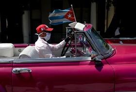 (تصاویر) یک راننده تاکسی در هاوانا با ماسک علیه کرونا