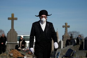 (تصاویر) یک عضو گروه برادری مقدس که خیریه است و هشتصدسال پیش در پی شیوع طاعون ایجاد شده در فرانسه بیماران جانباخته کرونا را دفن می کنند