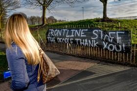 (تصاویر) بنر تشکر از کارکنان بیمارستان ها در مقابل بیمارستانی در انگلیس برای مقابله با کرونا