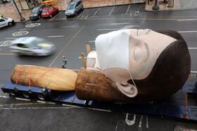 (تصاویر) پس از تعویق جشن فالا در والنسیای اسپانیا کارگران مجسمه ها و تزئیناتی که برای این چشن با عنوان این نیز بگذرد قرار بود برپاشود جمع می کنند و مجسمه ای از تزئینات این چشن را می بینیم که به انبار برده می شود