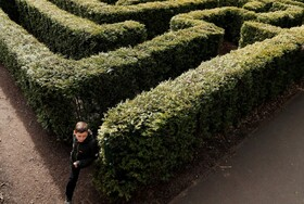 (تصاویر) تعطیلی مدارس در انگلیس و بازی کودکی در پارکی خلوت