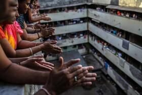 (تصاویر) دست زدن ساکنان خانه ها در بمبئی هند برای تشکر از خدمات کادر پزشکی در بحران کرونا