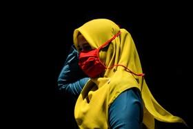 (تصاویر) زنی با ماسک در اندونزی