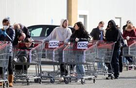 (تصاویر) صف خرید کالا در مقابل فروشگاه زنجیره ای در انگلیس
