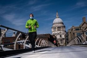 (تصاویر) ورزش روی پل میلنیوم در لندن که خالی از جمعیت است