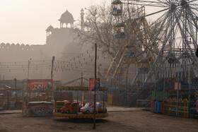 (تصاویر) نمایی از یک شهربازی در قلعه سرخ از جمله مراکز جهانگردی در دهلی نو که خالی از جمعیت است