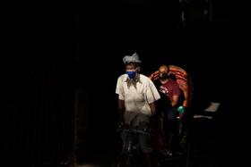 (تصاویر) حرکت مسافری با تاکسی دچرخه ای در جریان قرنطینه در بنگلادش