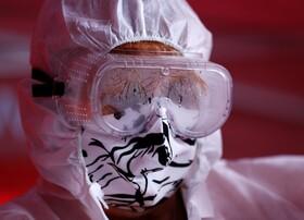 (تصاویر) کادر بهداشتی در پراگ جمهوری چک با ماسکی دست ساز مردمی