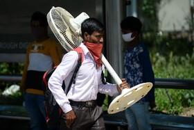 (تصاویر) کارگری در دهلی در حال ترک این شهر پیش از اعمال قرنطینه