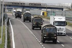 (تصاویر) کامیون های نظامی در حال انتقال اجساد جانباختگان در برگامو ایتالیا به مناطق دفن کشته شدگان