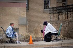 (تصاویر) کشیشی در خارج از کلیسه با فاصله اعترافات مراجعه کنندگان را می شنود