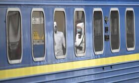 (تصاویر) گروهی از کارکنان درمانی مسافران قطاری که اکراینی های تخلیه شده از روسیه را حمل می کند آزمایش می کنند