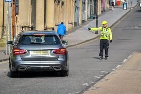 (تصاویر) کنترل رفت و آمد توسط پلیس در بریستول انگلیس